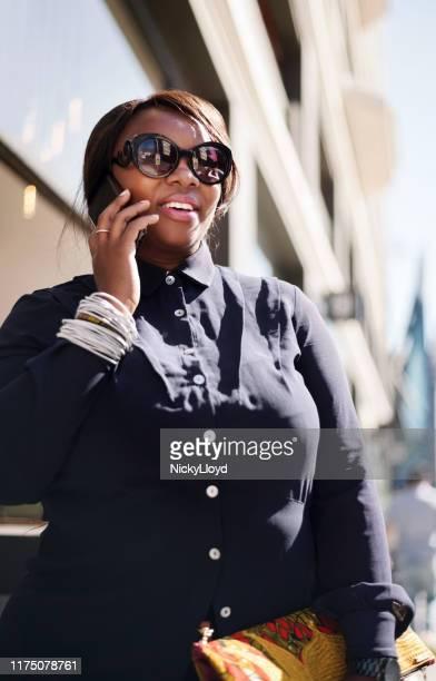 haar bedrijf beheren terwijl u niet op kantoor is - directrice stockfoto's en -beelden