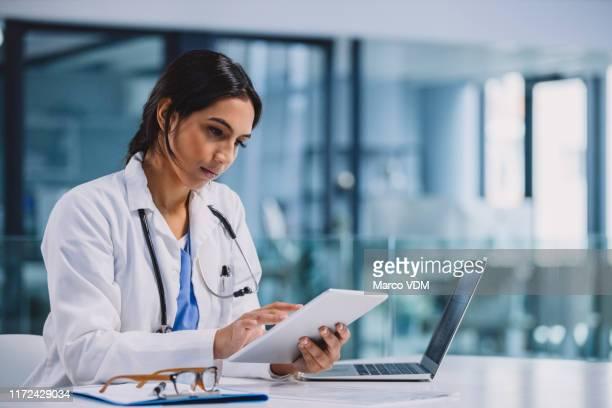 gestire le sue funzioni mediche quotidiane - medico foto e immagini stock