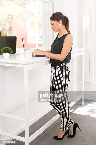 マネージング彼女のスモールビジネス - 様式 ストックフォトと画像
