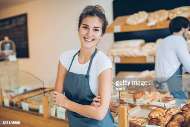 Geschäftsführer der Bäckerei mit Lächeln und Vertrauen