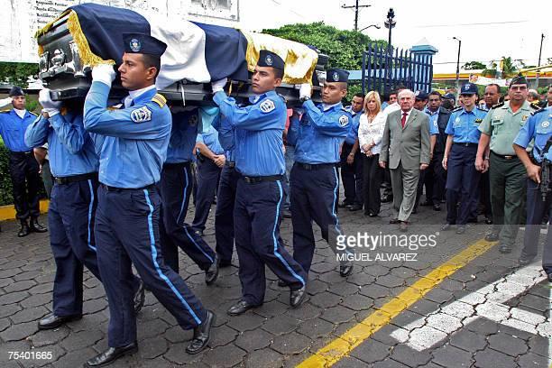 Cadetes de la Policia Nacional cargan el feretro del inspector de la Direccion Anticorrupcion de la Policia de Nicaragua Manuel Obando en el cuartel...
