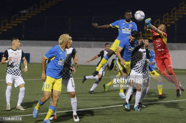 Managua's FC player Mike Cruz heads the ball to score against Cacique Diriangen FC during their football match at the National stadium in Managua on...
