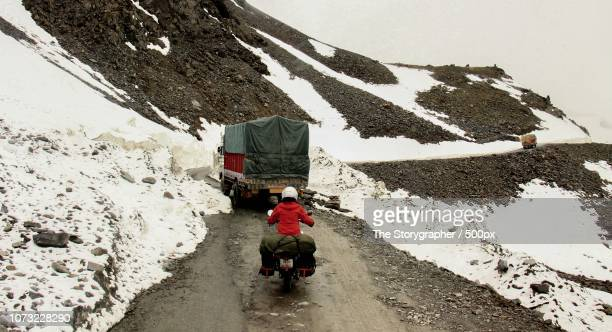 manali leh highway, himalayas - the storygrapher stock-fotos und bilder