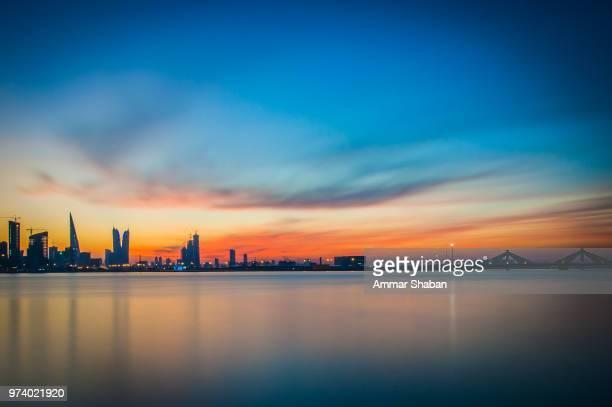 manama panorama - bahréin fotografías e imágenes de stock