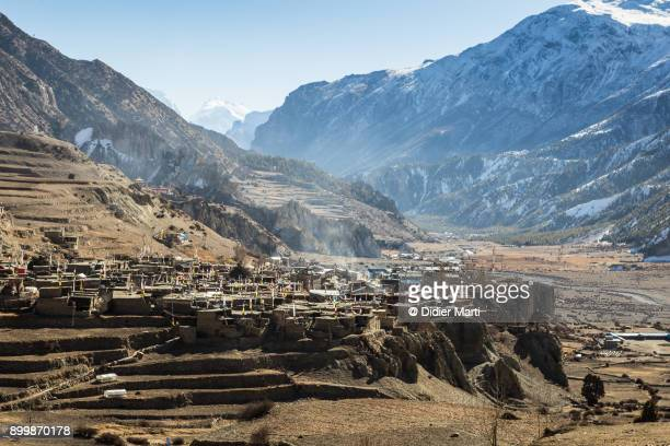 manang old town along the annapurna circuit trek in the himalayas in nepal - annapurna circuit stock photos and pictures