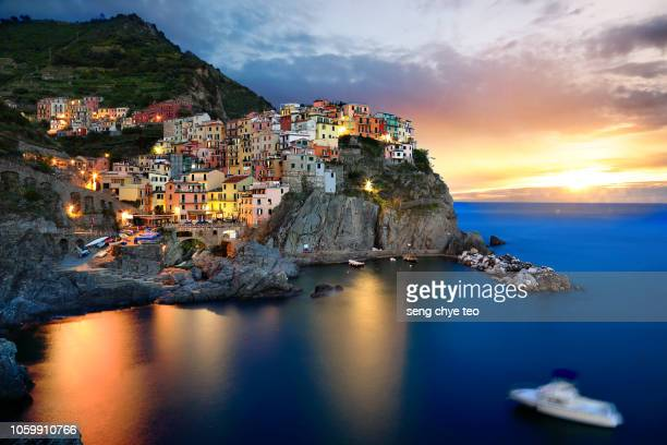 manarola harbour, part of the famous cinque terre villages - schöne natur stock-fotos und bilder