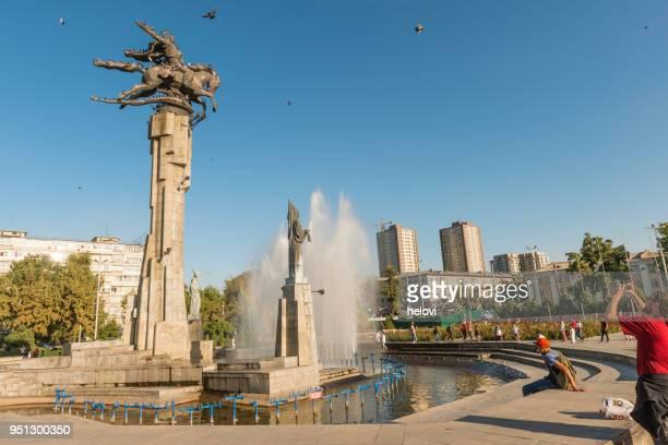 manas standbeeld in de fontein met stedelijke achtergrond - bisjkek stockfoto's en -beelden