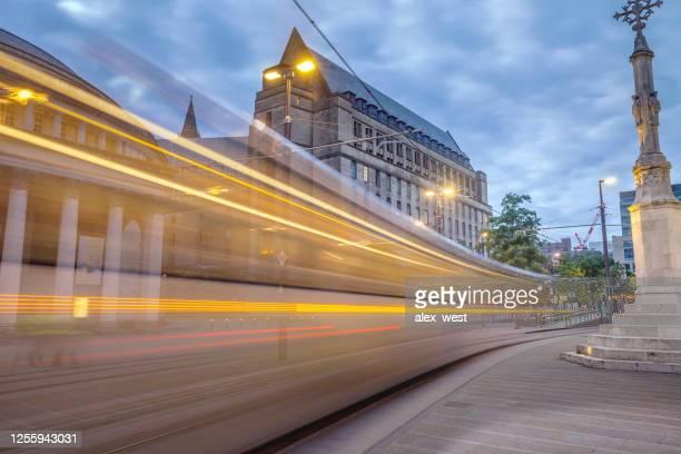 manchester city center trams et l'activité. - manchester angleterre photos et images de collection
