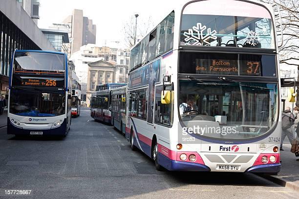 le centre-ville de manchester doubledecker bus - manchester angleterre photos et images de collection