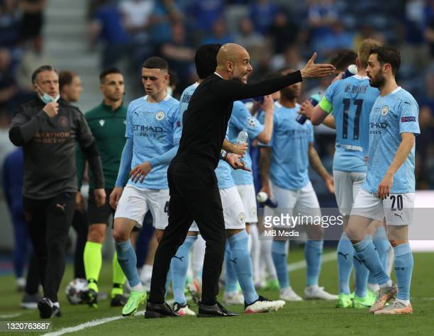 Manchester City Manager Pep Guardiola speak to his team during the UEFA Champions League Final between Manchester City and Chelsea FC at Estadio do...