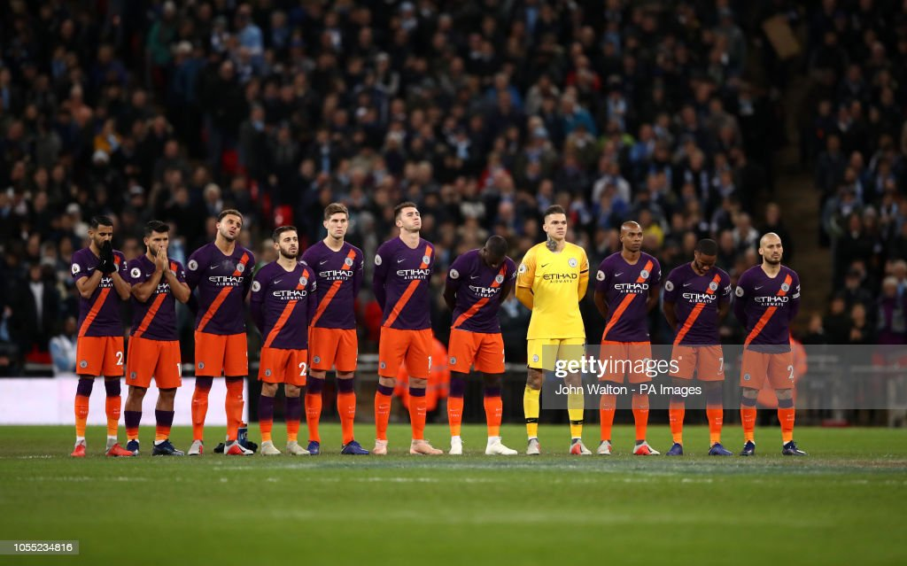 Hilo del Manchester City Manchester-city-players-observe-a-minutes-silence-for-armistice-day-picture-id1055234816