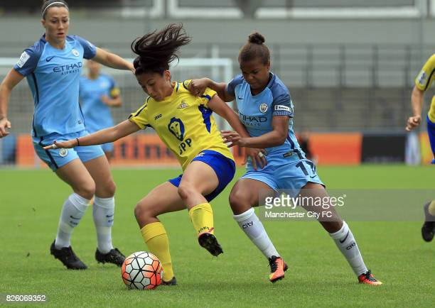 Manchester City Women's Nikita Parris and Doncaster Rovers Belles' Majumi Pacheco battle for the ball