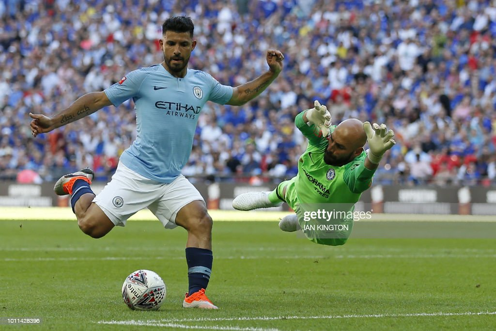 TOPSHOT - Manchester City's Argentinian striker Sergio Aguero (L) goes around Chelsea's Argentinian goalkeeper Willy Caballero but puts his shot wide during the English FA Community Shield football match between Chelsea and Manchester City at Wembley Stadium in north London on August 5, 2018. (Photo by Ian KINGTON / AFP) / NOT