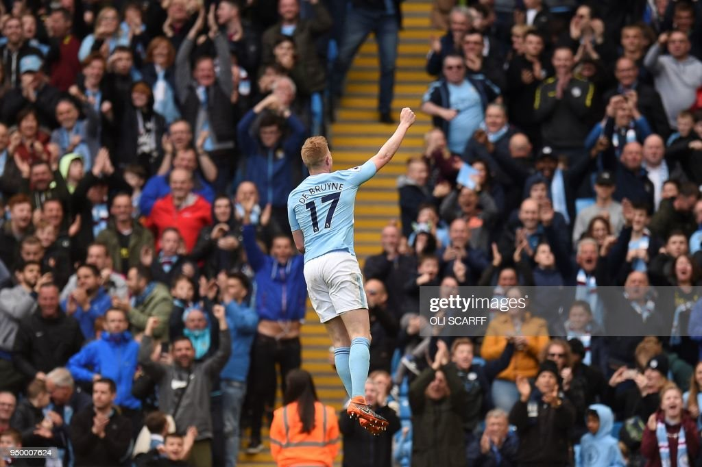 Manchester City's Belgian midfielder Kevin De Bruyne (2L) celebrates scoring his team's third goal during the English Premier League football match between Manchester City and Swansea at the Etihad Stadium in Manchester, north west England, on April 22, 2018. (Photo by Oli SCARFF / AFP) / RESTRICTED TO EDITORIAL USE. No use with unauthorized audio, video, data, fixture lists, club/league logos or 'live' services. Online in-match use limited to 75 images, no video emulation. No use in betting, games or single club/league/player publications. /