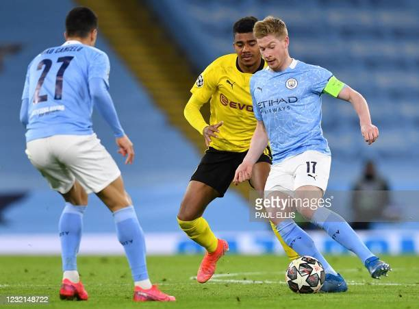 Manchester City's Belgian midfielder Kevin De Bruyne controls the ball during the UEFA Champions League first leg quarter-final football match...