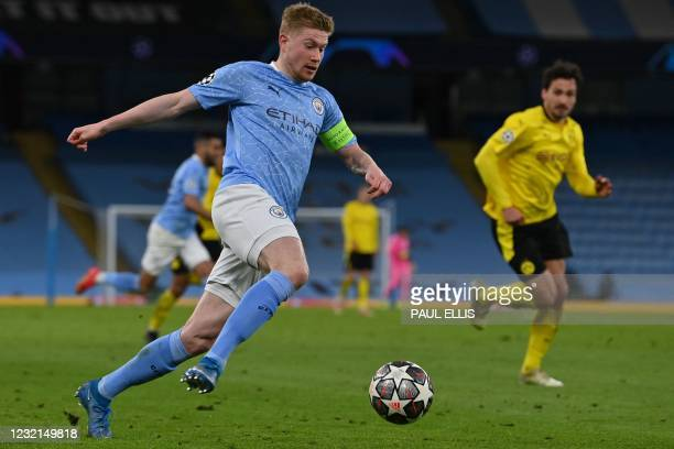 Manchester City's Belgian midfielder Kevin De Bruyne runs with the ball during the UEFA Champions League first leg quarter-final football match...