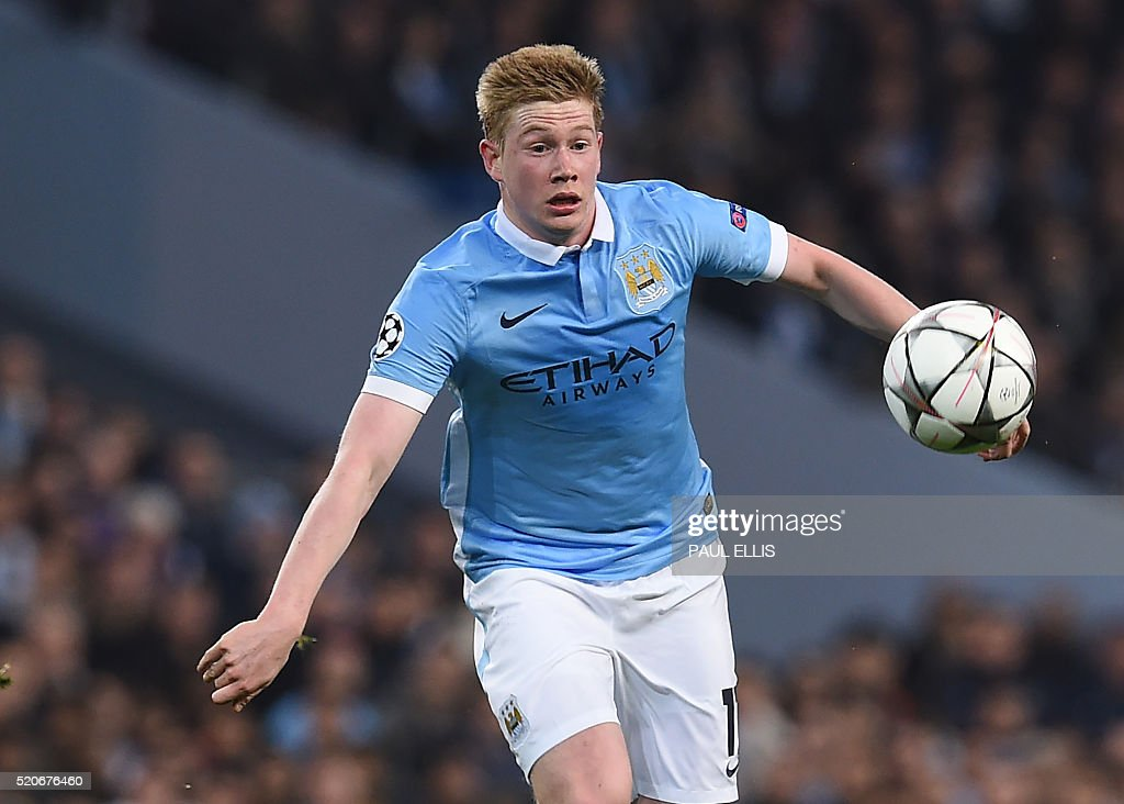 Manchester City's Belgian midfielder Kevin De Bruyne watches the ball during the UEFA Champions league quarter-final second leg football match between Manchester City and Paris Saint-Germain at the Etihad stadium in Manchester on April 12, 2016. / AFP / PAUL