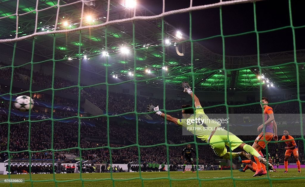 Manchester City's Chilean goalkeeper Claudio Bravo fails to save the opening goal during the UEFA group C Champions League football match between Borussia Moenchengladbach and Manchester City on November 23, 2016 in Moenchengladbach, western Germany. / AFP / PATRIK