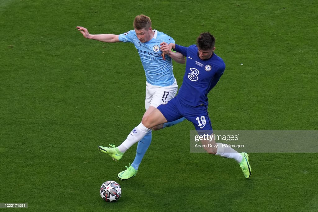Manchester City's Kevin De Bruyne and Chelsea's Mason Mount battle... News  Photo - Getty Images
