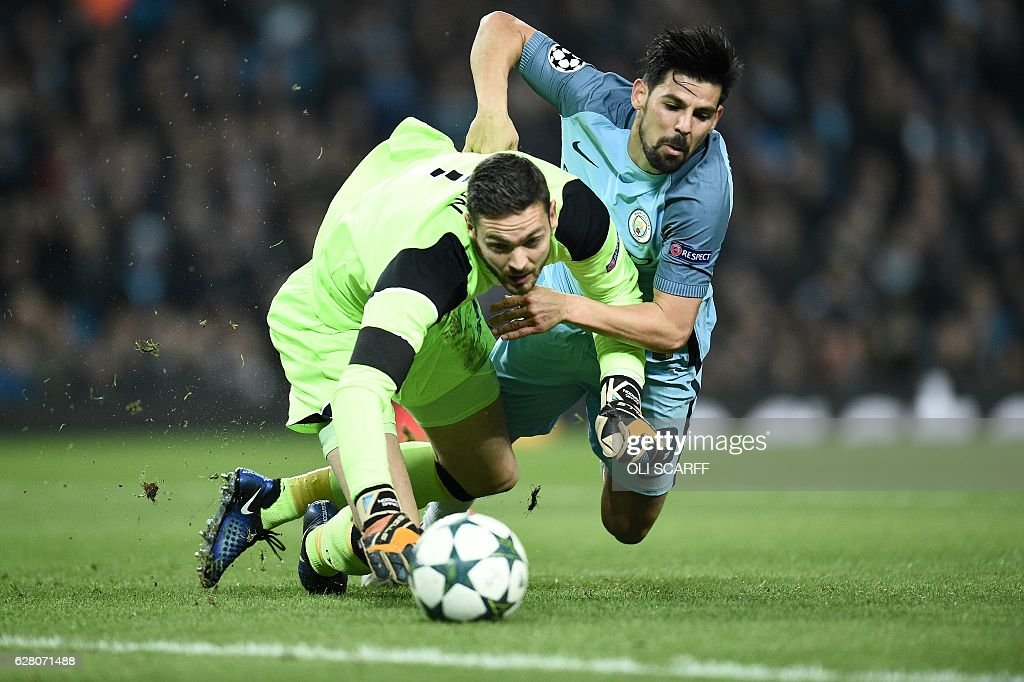 TOPSHOT - Manchester City's Spanish midfielder Nolito (R) vies with Celtic's Scottish goalkeeper Craig Gordon during the UEFA Champions League group C football match between Manchester City and Celtic at the Etihad Stadium in Manchester, northern England, on December 6, 2016. / AFP / Oli SCARFF