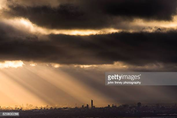 manchester under a moody sky. north west england. uk. europe. - 英マンチェスター ストックフォトと画像