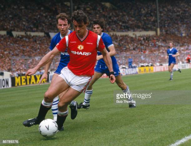 Manchester United defender Kevin Moran shields the ball from Everton's Trevor Steven and Graeme Sharp at Wembley Stadium 18th May 1985 Manchester...