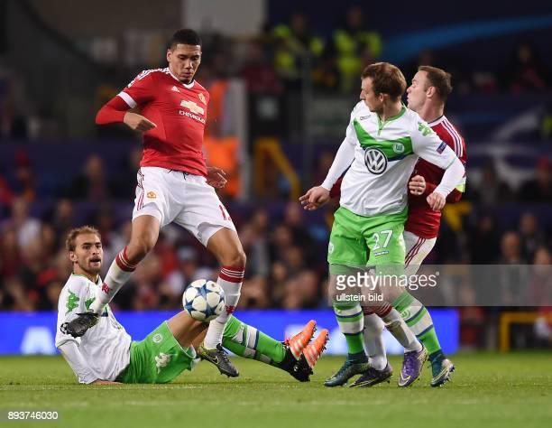 FUSSBALL Manchester United FC VfL Wolfsburg Chris Smalling gegen Maximilian Arnold beobachtet von Bas Dost und Wayne Rooney