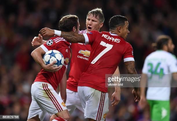 FUSSBALL Manchester United FC VfL Wolfsburg Juan Mata Bastian Schweinsteiger und Memphis Depay jubeln nach dem Tor zum 11