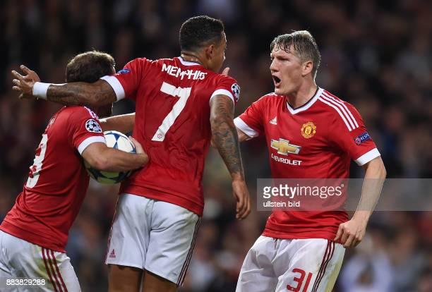 FUSSBALL Manchester United FC VfL Wolfsburg Juan Mata Memphis Depay und Bastian Schweinsteiger jubeln nach dem Tor zum 11