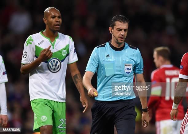 FUSSBALL Manchester United FC VfL Wolfsburg Naldo reklamiert bei Schiedsrichter Viktor Kassai