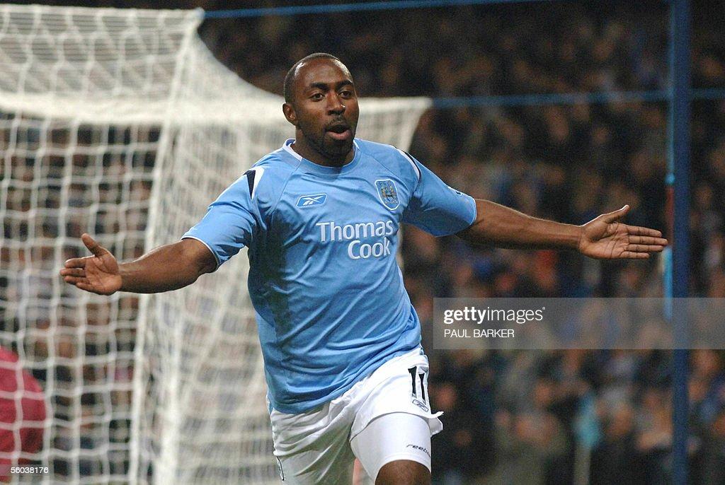 Manchester City's Darius Vassell celebra : News Photo