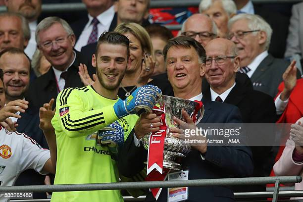 Manchester United Managr Louis van Gaal and David de Gea hold the trophy following their side's 12 victory at the end of extra time during The...