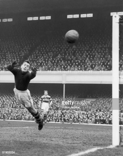 Manchester United play nonleague Walthamstow Avenue in the fourth round FA Cup replay at Highbury 5th February 1953 After being held to a draw at Old...