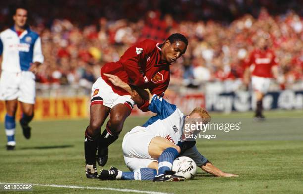 Manchester United player Paul Ince challenges Robbie Slater of Blackburn Rovers during the 1994 FA Charity Shield at Wwembley Stadium on August 14...