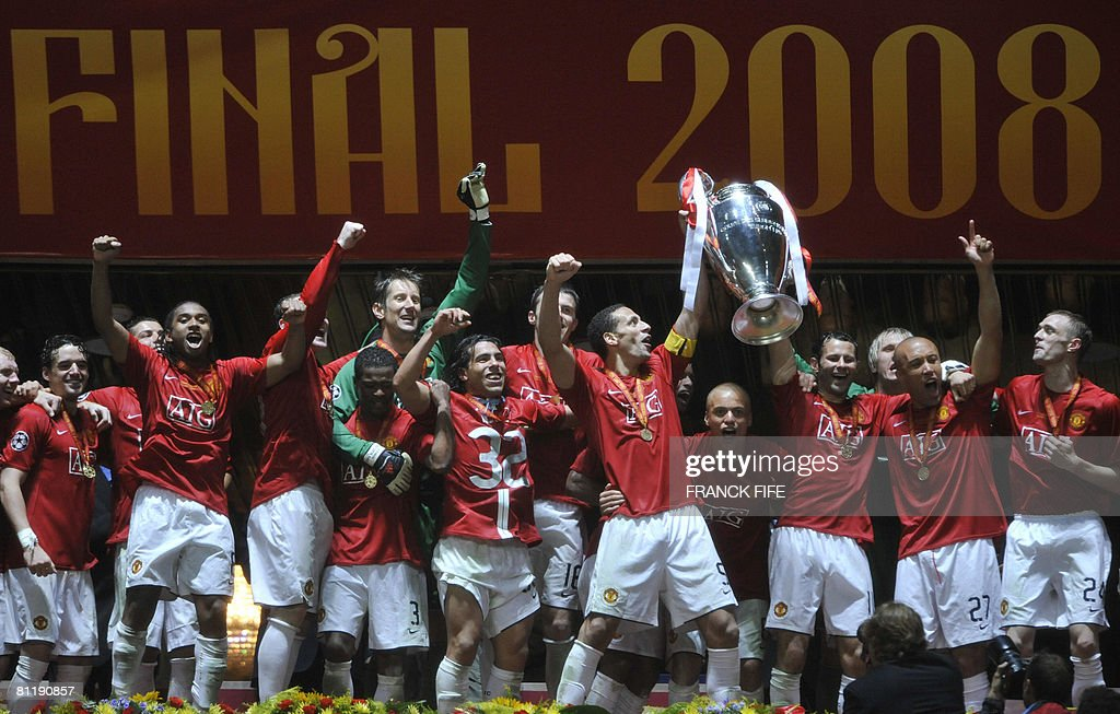 Manchester United players pose with the trophy after beating Chelsea in the final of the Champions League football match at the Luzhniki stadium in Moscow on May 21, 2008. The match remained at a 1-1 draw and Manchester won on penalties after extra time. AFP PHOTO / Franck Fife
