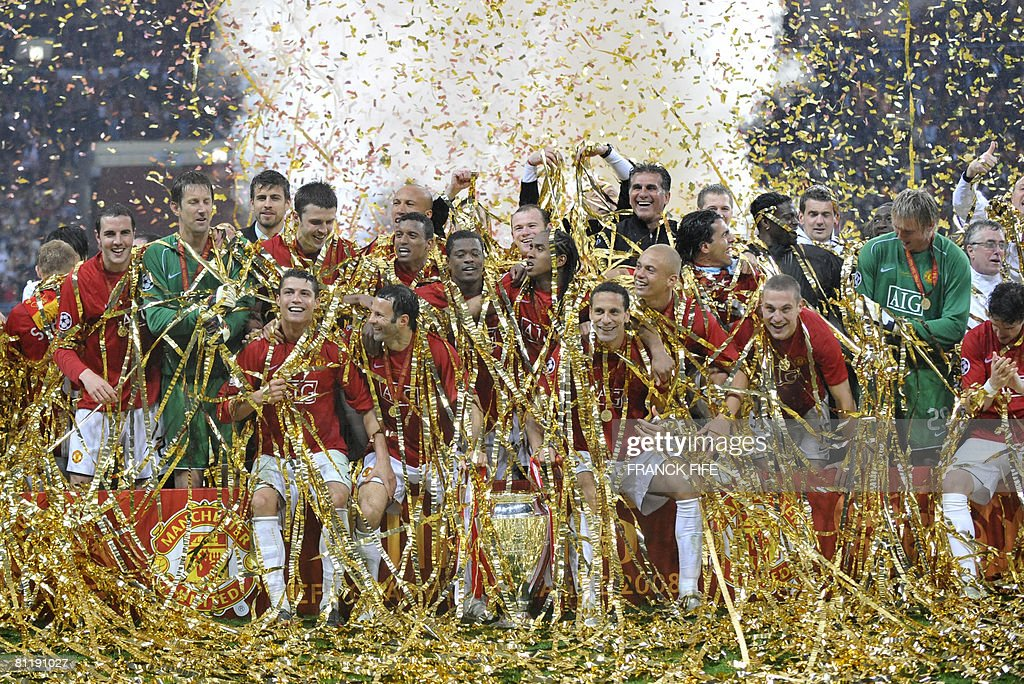 Manchester United team celebrate with the trophy after beating Chelsea in the final of the UEFA Champions League football match at the Luzhniki stadium in Moscow on May 21, 2008. The match remained at a 1-1 draw and Manchester won on penalties after extra time. AFP PHOTO / Franck Fife