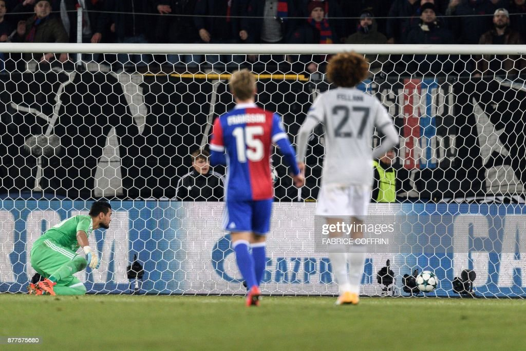 Manchester United's Argentinian goalkeeper Sergio Romero (L) watches the ball entering his goal during the UEFA Champions League Group A football match between FC Basel and Manchester United on November 22, 2017 in Basel. / AFP PHOTO / Fabrice COFFRINI