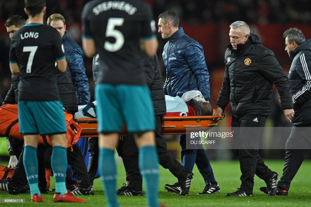 TOPSHOT - Manchester United's Belgian striker Romelu Lukaku is taken off on a stretcher after appearing to pick up a head injury during the English Premier League football match between Manchester United and Southampton at Old Trafford in Manchester, north west England, on December 30, 2017. / AFP PHOTO / Oli SCARFF / RESTRICTED TO EDITORIAL USE. No use with unauthorized audio, video, data, fixture lists, club/league logos or 'live' services. Online in-match use limited to 75 images, no video emulation. No use in betting, games or single club/league/player publications. /