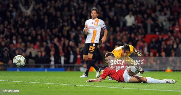 Manchester United's British midfielder Michael Carrick beats Galatasaray's Uruguayan goalkeeper Fernando Muslera to score during an UEFA Champions...