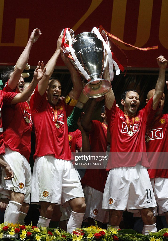 Manchester United's English defender Rio Ferdinand (L) and Ryan Giggs (R) hold up the trophy after beating Chelsea in the final of the Champions League football match at the Luzhniki stadium in Moscow on May 21, 2008. The match remained at a 1-1 draw and Manchester won on penalties after extra time. AFP PHOTO / Adrian Dennis