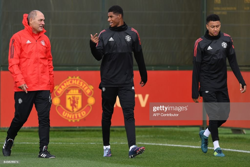 Manchester United's English striker Marcus Rashford (C) and Manchester United's English midfielder Jesse Lingard (R) attends a team training session at the club's training complex near Carrington, west of Manchester in north west England on September 11, 2017, on the eve of their UEFA Champions League Group A football match against FC Basel. / AFP PHOTO / Paul ELLIS