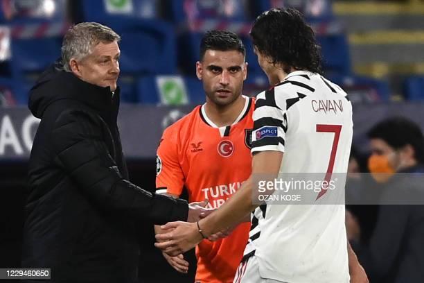 Manchester United's Norwegian coach Ole Gunnar Solskjaer shakes hands to Manchester United's Uruguayan forward Edinson Cavani the end of the UEFA...