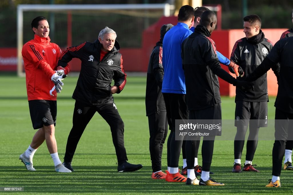 Manchester United's Portuguese manager Jose Mourinho (2L) attends a team training session at the club's training complex near Carrington, west of Manchester in north west England on October 30, 2017, on the eve of their UEFA Champions League Group A football match against SL Benfica. / AFP PHOTO / Paul ELLIS