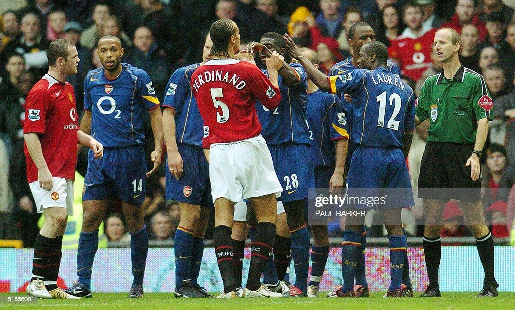 Manchester United's Rio Ferdinand (C) ar : News Photo
