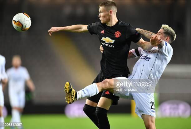 Manchester United's Scotisch midfielder Scott McTominay and LASK's Austrian midfielder Dominik Frieser vie for the ball during the UEFA Europa League...