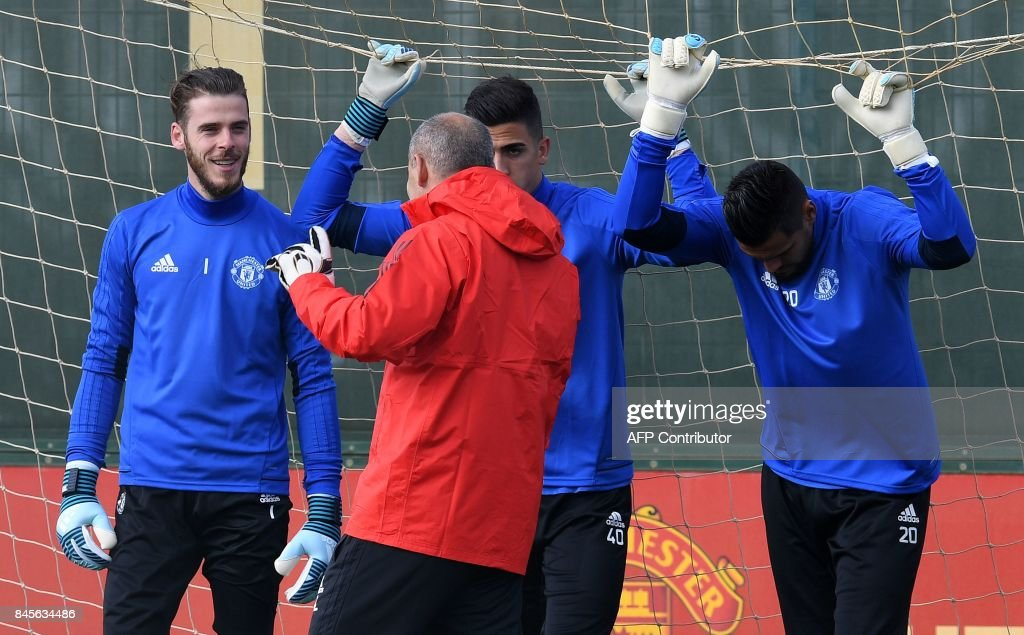 Manchester United's Spanish goalkeeper David de Gea (L), Manchester United's Portuguese goalkeeper Joel Castro Pereira (C), and Manchester United's Argentinian goalkeeper Sergio Romero attend a team training session at the club's training complex near Carrington, west of Manchester in north west England on September 11, 2017, on the eve of their UEFA Champions League Group A football match against FC Basel. / AFP PHOTO / Paul ELLIS