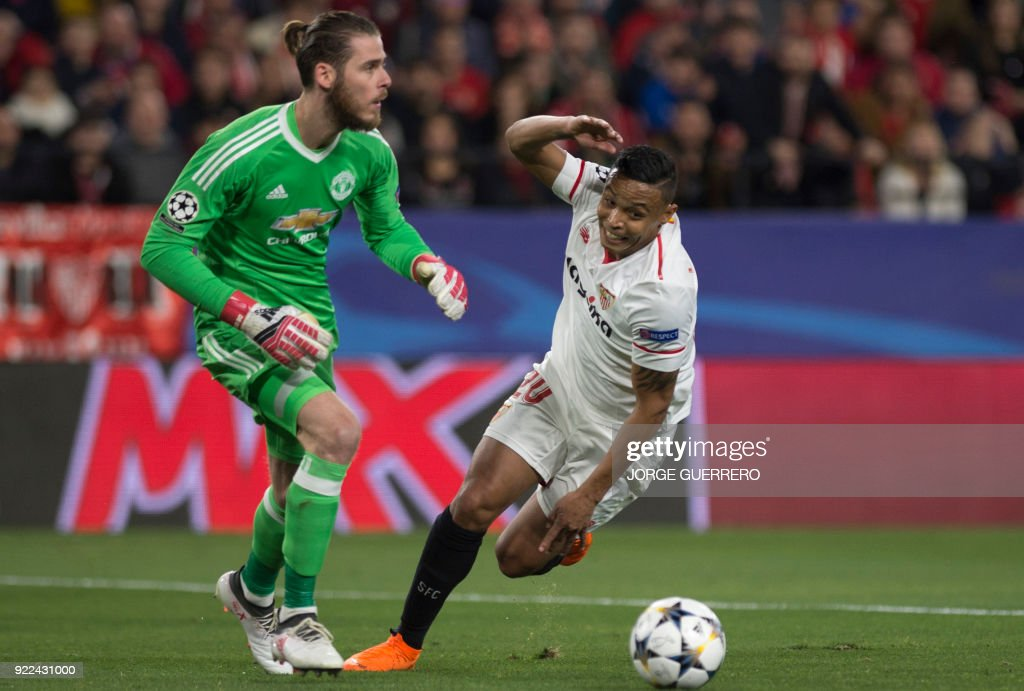 Manchester United's Spanish goalkeeper David De Gea (L) vies with Sevilla's Colombian forward Luis Muriel during the UEFA Champions League round of 16 first leg football match Sevilla FC against Manchester United at the Ramon Sanchez Pizjuan stadium in Sevilla on February 21, 2018. /