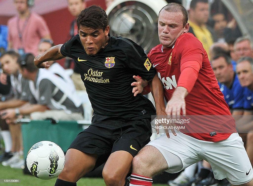 Manchester United's Wayne Rooney (R) vie : News Photo