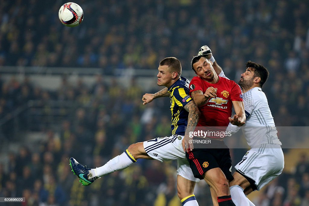 TOPSHOT - Manchester United's Zlatan Ibrahimovic (C) vies with Fenerbahce's defender Martin Skrtel (L) and goalkeeper Volkan Demirel (R) during the UEFA Europa League football Fenerbahce SK vs Manchester United at the Fenerbahce Ulker Stadium on November 3, 2016 in Istanbul. / AFP / STRINGER