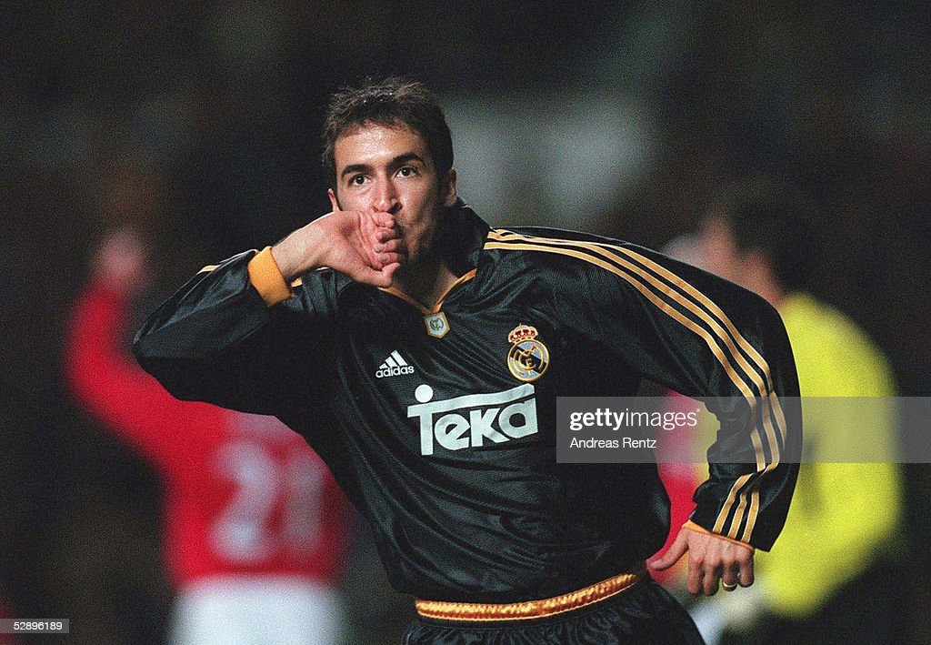 RAUL/MANCHESTER UNITED - REAL MADRID 2:3 : News Photo